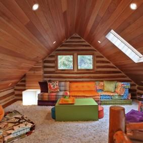 Жилой чердак с деревянной отделкой