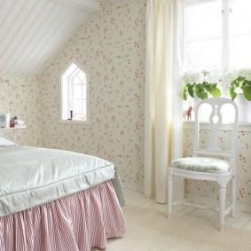 Обои в цветок в спальне деревенского стиля