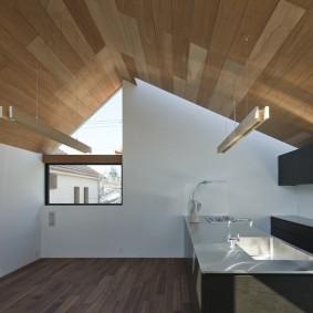 Деревянные панели на скатах потолка мансарды