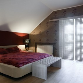 Стильная спальня на чердаке жилого дома