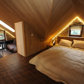 Декоративная подсветка в спальне на мансарде