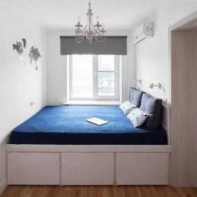 Встроенная кровать во всю ширину маленькой спальни