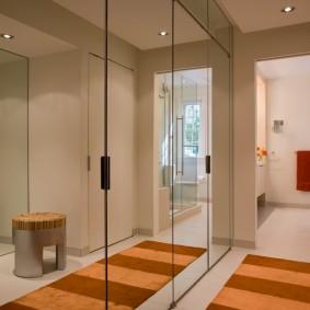 Зеркальный шкаф в маленьком коридоре