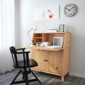 Секретер вместо письменного стола в маленькой комнате