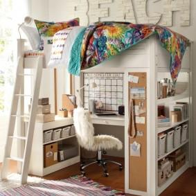 Кровать-чердак с письменным столом внизу