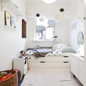 Белая мебель в интерьере маленькой комнаты