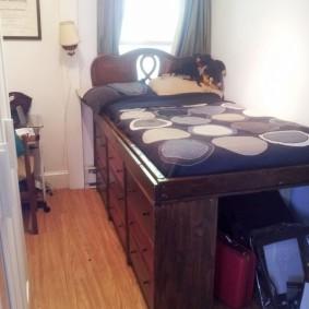 Кровать со шкафами в узкой комнате