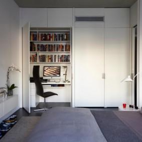 Встроенный кабинет в стене спальни