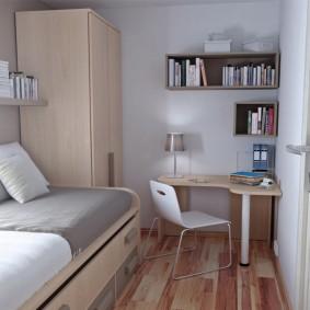 Угловой стол в узком помещении
