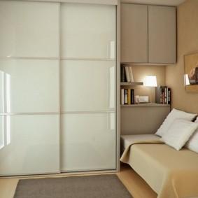 Небольшой шкаф-купе в комнате с диваном