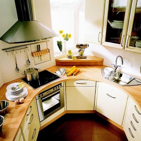 Маленькая кухня нестандартной формы