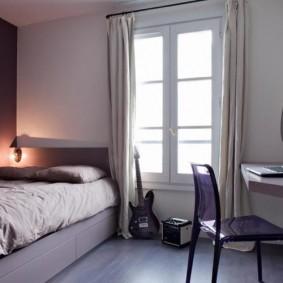 Узкое окно в спальной комнате