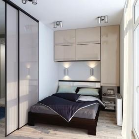 Встроенные шкафы над изголовьем кровати