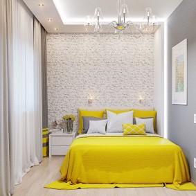 Желтая кровать в спальне девушки