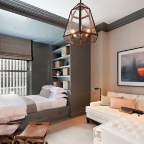 Место для кровати перед окном в гостиной