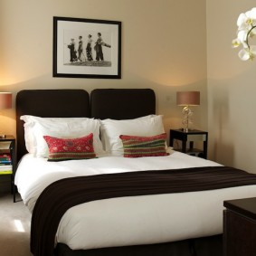Бежевые стены в маленькой спальне