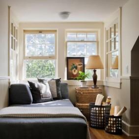 Маленькая комната с угловым окном