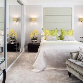 Узкая кровать в комнате с зеркальным шкафом