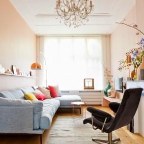 Персиковые стены в узкой гостиной