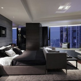 Роскошная спальня с большим окном