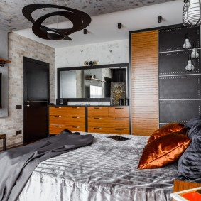 Черный светильник над кроватью в спальне