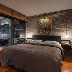 Небольшая спальня с кроватью серого цвета