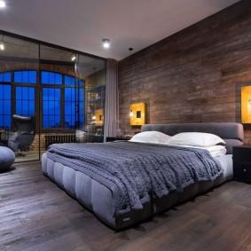 Арочное окно в спальном помещении