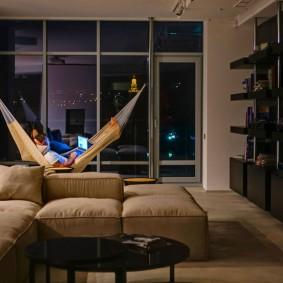 Гамак в интерьере квартиры для холостяка