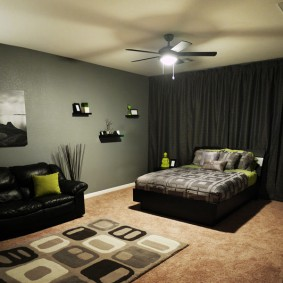 Люстра с вентилятором на потолке спальни
