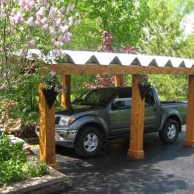 Деревянный навес с металлической крышей