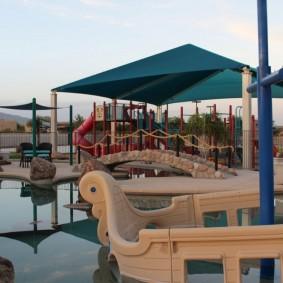 Игровая площадка для детей около водоема