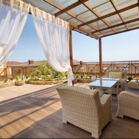 Мебель из ротанга на крытой террасе