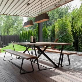 Садовая мебель на открытой террасе