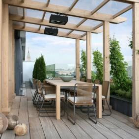 Летняя терраса с деревянным полом