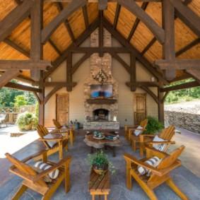 Деревянная мебель на площадке с камином