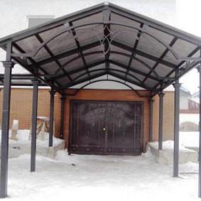 Двускатная крыша навеса перед воротами