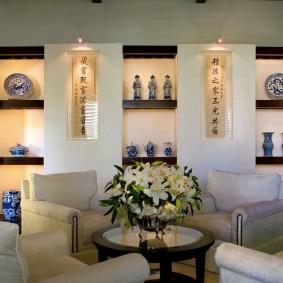 Декоративные ниши с красивыми вазами