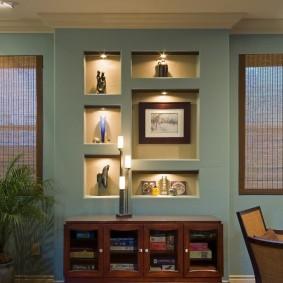Интерьер комнаты со встроенными нишами