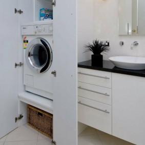 Стиральная машинка в нише в ванной комнате
