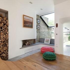 Ниша с дровами для камина в гостиной