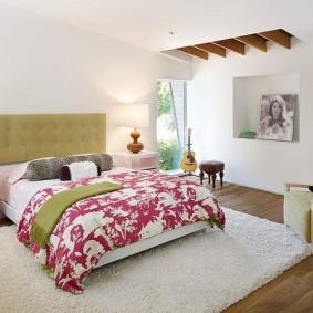 Пестрое одеяло на кровати в спальне