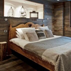 Полка в углублении стены в спальне