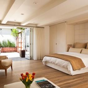 Просторная спальня с панорамным окном