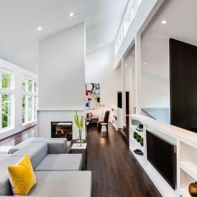 Узкая комната с диваном у стены