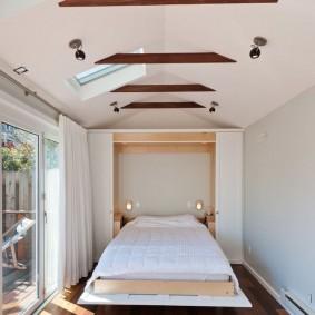 Узкая спальня с нишей в стене