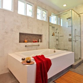 Декоративные свечи на полочке в нише стены ванной комнаты