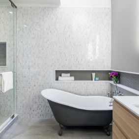 Узкая ниша угловой формы над ванной