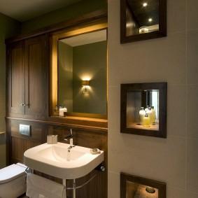 Квадратное зеркало над умывальником в ванной