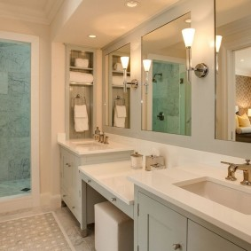 Большое зеркало на стен санузла в частном доме