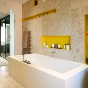 Белая ванна прямоугольной формы